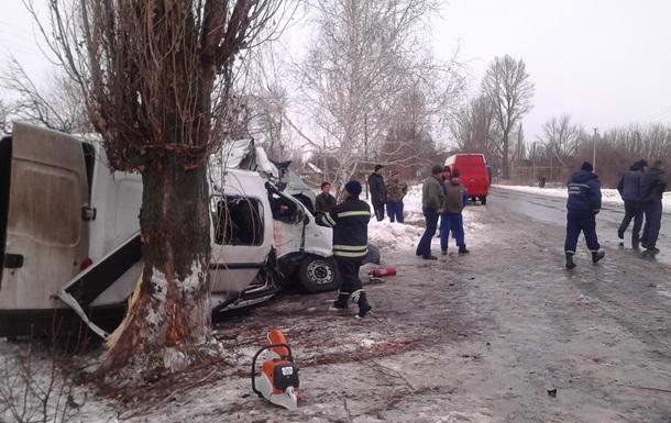 На Луганщине маршрутка врезалась в дерево, десять пострадавших
