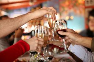 Алкоголь и застолье: как встретить Новый год без последствий