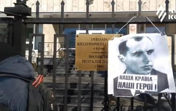 У посольства Польши в Киеве вывесили портрет Бандеры