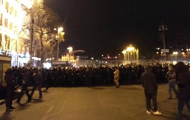 Женщине-полицейской сломали пальцы в стычке в центре Киева