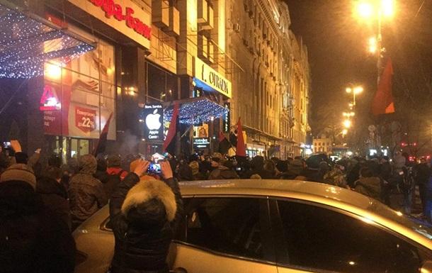 Радикалы громят Альфа-банк на Крещатике