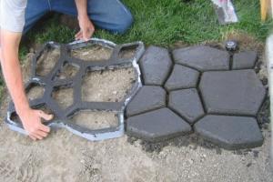 Как сделать садовую дорожку с помощью специальной формы
