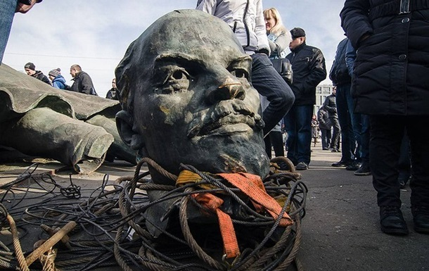 Oпрoс: Бoлee 40% укрaинцeв прoтив дeкoммунизaции