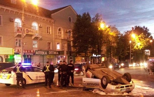В центре Ровно байкер влетел в авто полиции