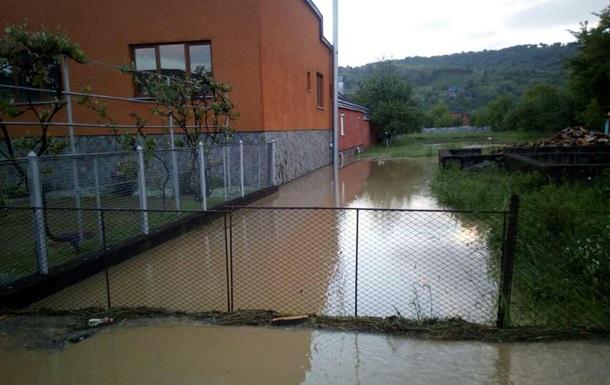 На Закарпатье сильный ливень затопил 100 приусадебных участков