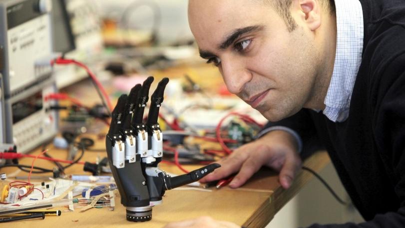 «Интуитивный» протез руки видит то, к чему прикасается