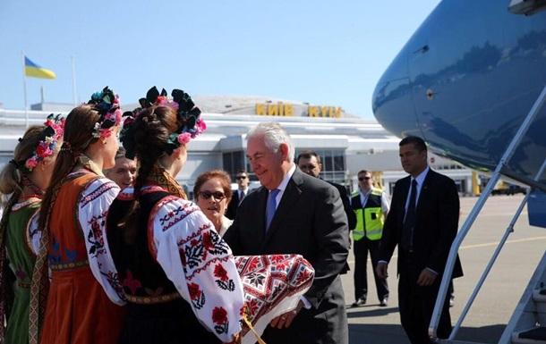 Тиллерсон прилетел с визитом в Киев