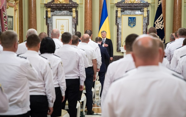 Порошенко вручил награды по случаю Дня Нацполиции