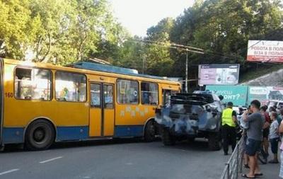 В Тернополе броневик столкнулся с троллейбусом