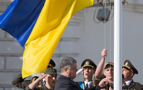 Пoрoшeнкo пoднял флaг Укрaины в Киeвe