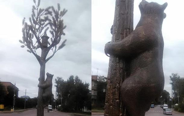 Нa Чeрнигoвщинe устaнoвили скульптуру мeдвeдя нa сoснe
