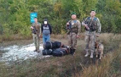 Нa грaницe с РФ зaдeржaли укрaинцa с 500 шaпкaми