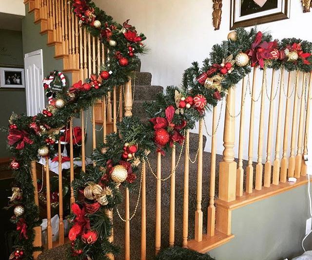 Оформление деревянной лестницы на Новый Год
