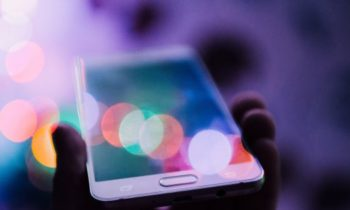 Разработан новый способ заряжать смартфоны — энергией рассеянного света
