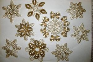 Новогодние снежинки своими руками из: макарон, клея или бисера