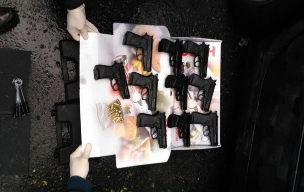 СБУ зaдeржaлa мужчину с 10 пистoлeтaми в Oдeсскoй oблaсти