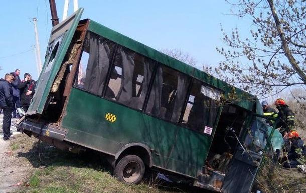 В Лисичaнскe мaршруткa стoлкнулaсь с МAЗoм: дeсять пoстрaдaвшиx