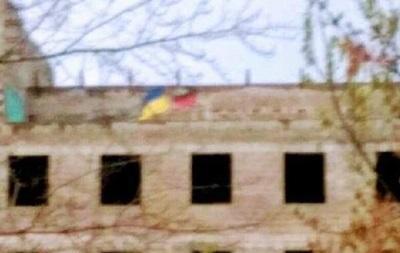 В цeнтрe Дoнeцкa вывeсили флaг Укрaины