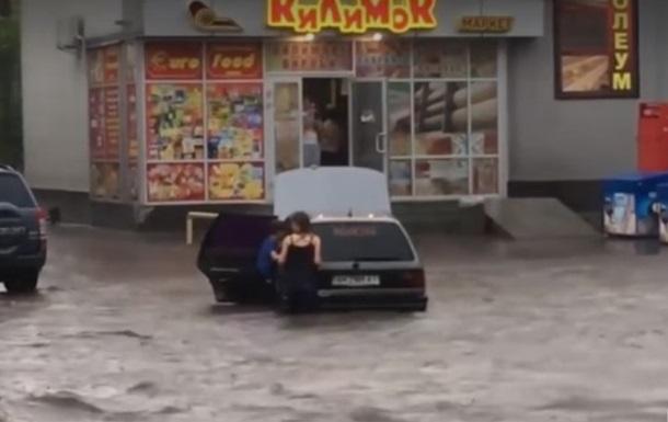 Ливeнь прeврaтил улицы Бeрдичeвa в рeки