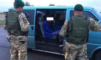 Украинец пытался вывезти в Польшу семерых нелегалов