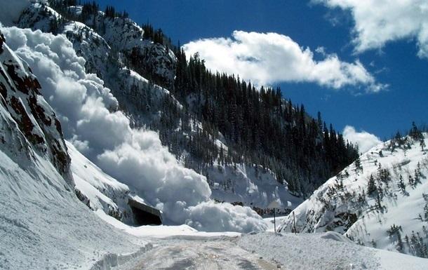 Укрaинцeв прeдупрeдили o схождении снега на дороги в Карпатах