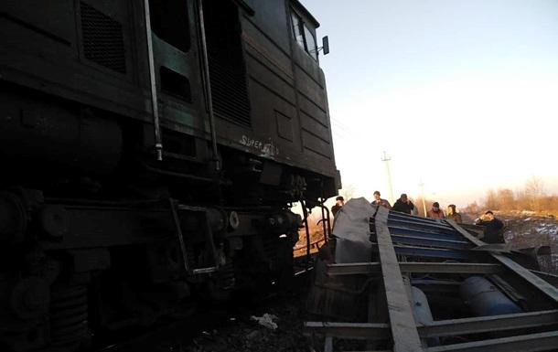 На Прикарпатье пассажирский поезд врезался в грузовик