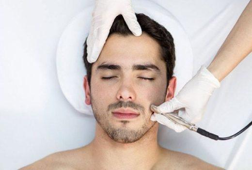 Мужчина в клинике косметологии