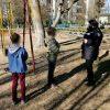 В Херсонской области дети сами играли у подъезда: их родителей оштрафовали