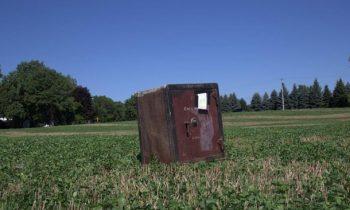 Фермеру подбросили загадочный сейф, который никто не смог открыть