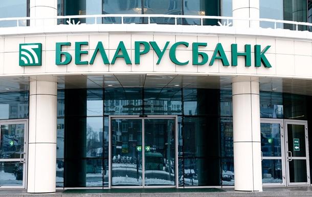 Белорусы забрали из банков миллиард долларов