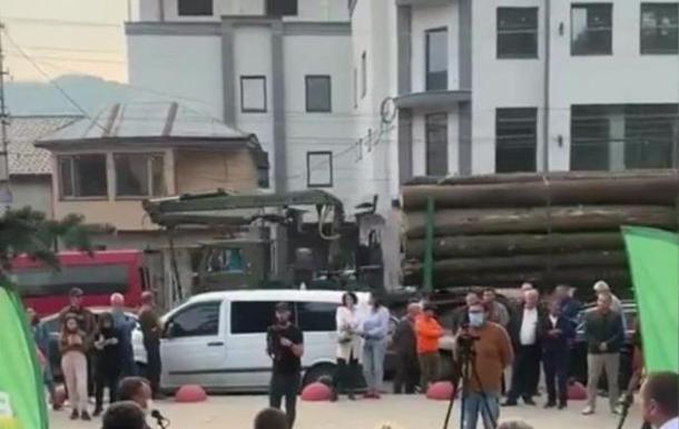На Закарпатье во время речи губернатора вывозили лес кругляк