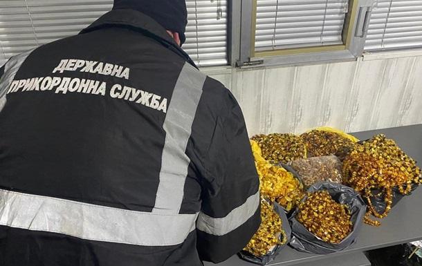 На границе с Румынией изъяли партию украшений из янтаря