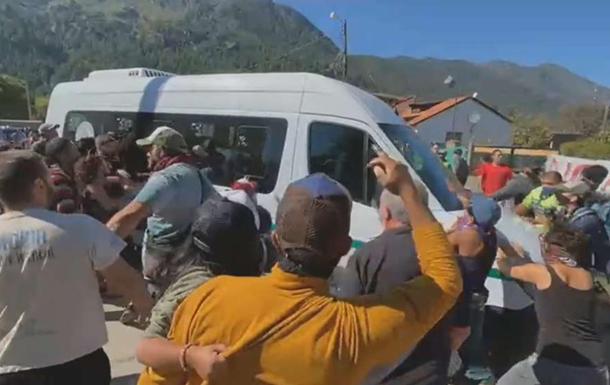 Автомобиль президента Аргентины забросали камнями