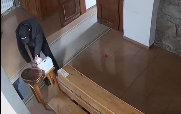 В церкви на Закарпатье вор перекрестился и украл деньги