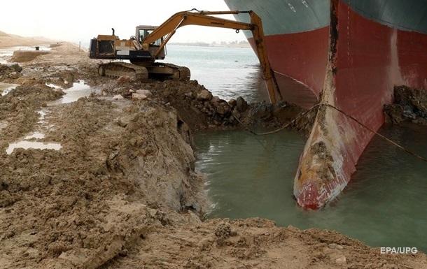 В Суэцком канале начали углублять дно вокруг севшего на мель контейнеровоза