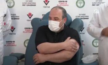 Турецкий министр стал участником испытаний отечественной COVID-вакцины
