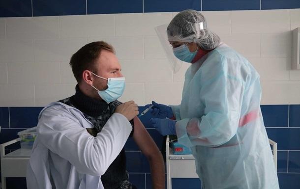 Вакцинация приостановлена в 10 регионах Украины