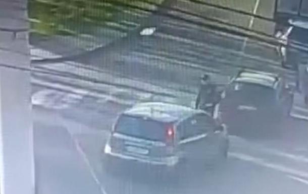 В Вишневом водитель намеренно сбил полицейского