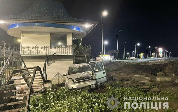 Под Черкассами авто на скорости влетело в пост полиции