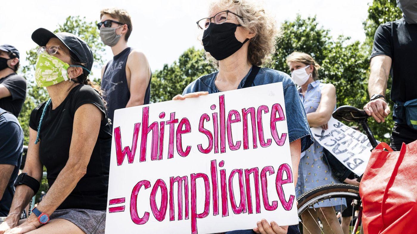 «Белые расисты-азиаты» в США протестуют против насилия «белых расистов-чернокожих»