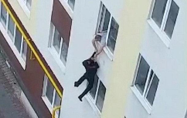 На Волыни мужчина спрыгнул с четвертого этажа и убежал