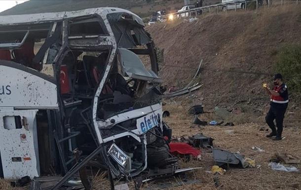 В Турции при опрокидывании автобуса погибли 14 человек