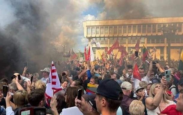 В Вильнюсе полиция применила против протестующих слезоточивый газ