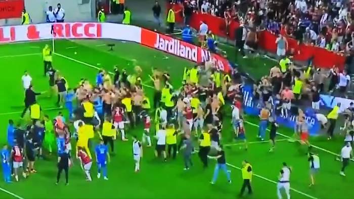 Фанаты Ниццы прорвались на поле, чтобы разобраться с игроком Марселя