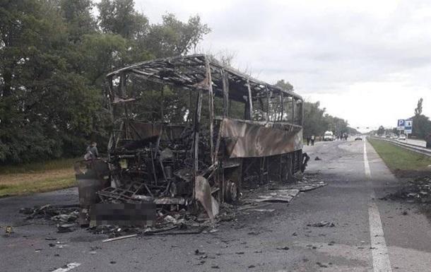 На Житомирщине после ДТП сгорел автобус, есть жертвы